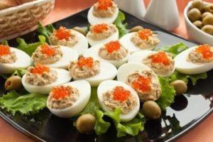 фаршированные рыбой яйца