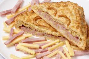 слоенный пирог с сыром и ветчиной