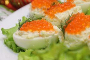 яйца фаршированные рыбой с икрой (2)