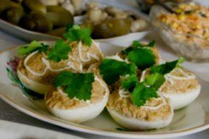 фаршированные консервированной рыбой яйца