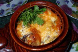 картошка с грибами и свининой в горшочках