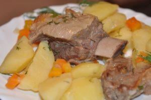 картошка тушеная с свиными ребрышками