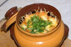 картошка в горшочках с грибами и свининой