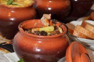 картошка в горшочках со свининой и грибами