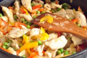 с рисом и овощами индейка