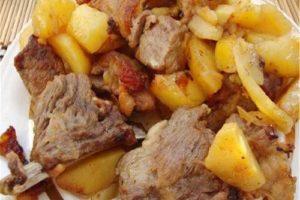 со свиными ребрышками тушеная картошка