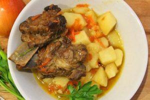 тушеная картошка с свиными ребрышками