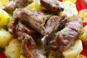 тушеная картошка со свиными ребрышками