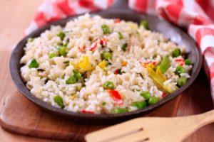 тушеный с овощами рис
