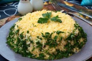 Салат с жареными грибами и картофелем