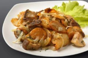 с луком и грибами жареный картофель