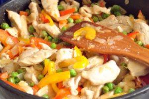 с рисом и овощами грудки куриные