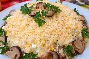 салат картофель и жареные грибы