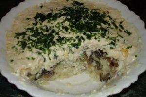салат жареные грибы и картофель