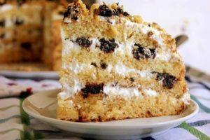 сметанный с черносливом торт