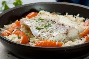 с рисом рыба и овощами